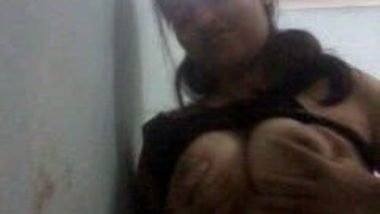 Indian big boobs girl exposed her boobs and pussy on cam
